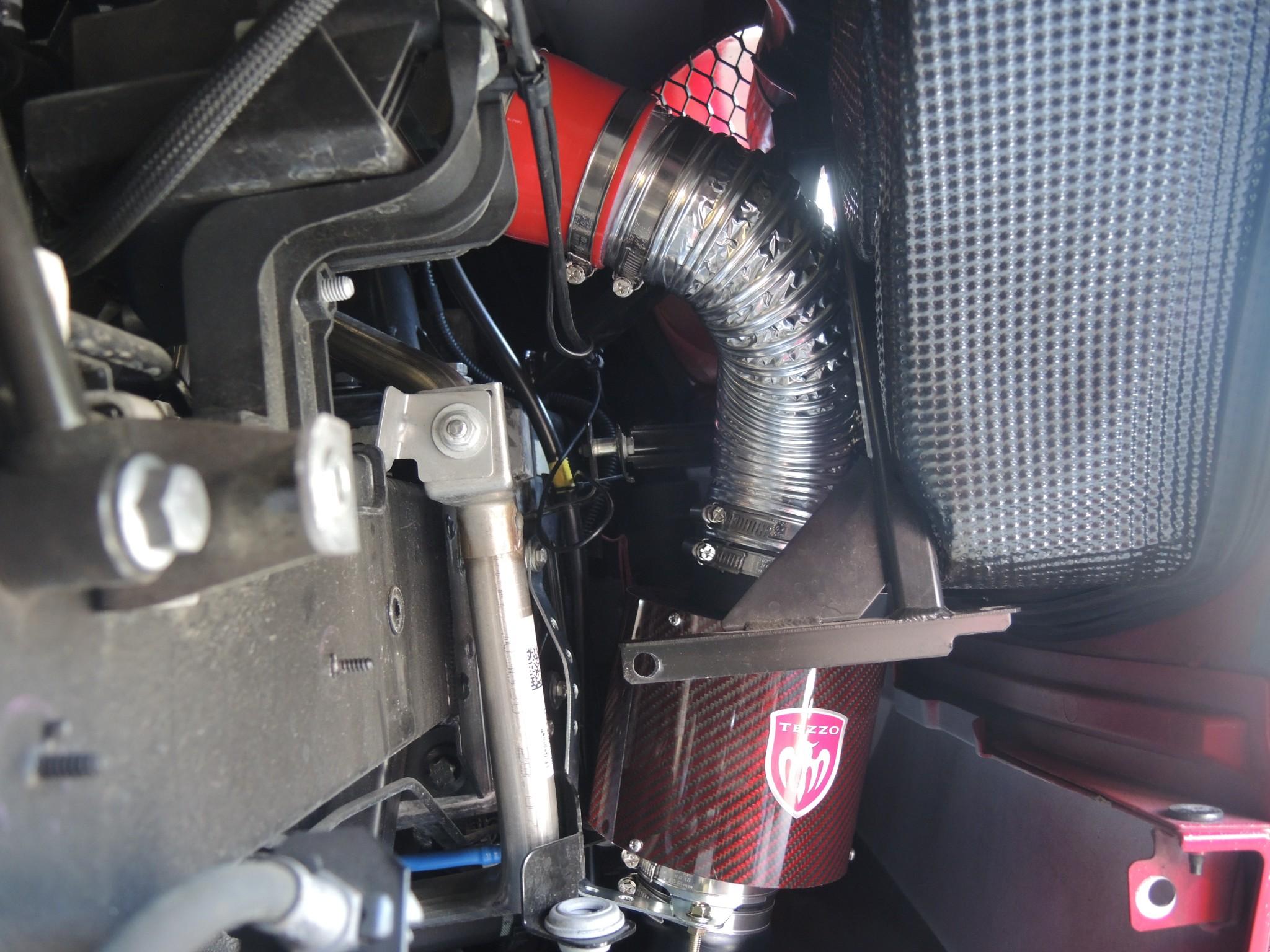 アルファロメオ4Cのエンジンレスポンスアップ!カーボンエアクリーナーお取付 (1)