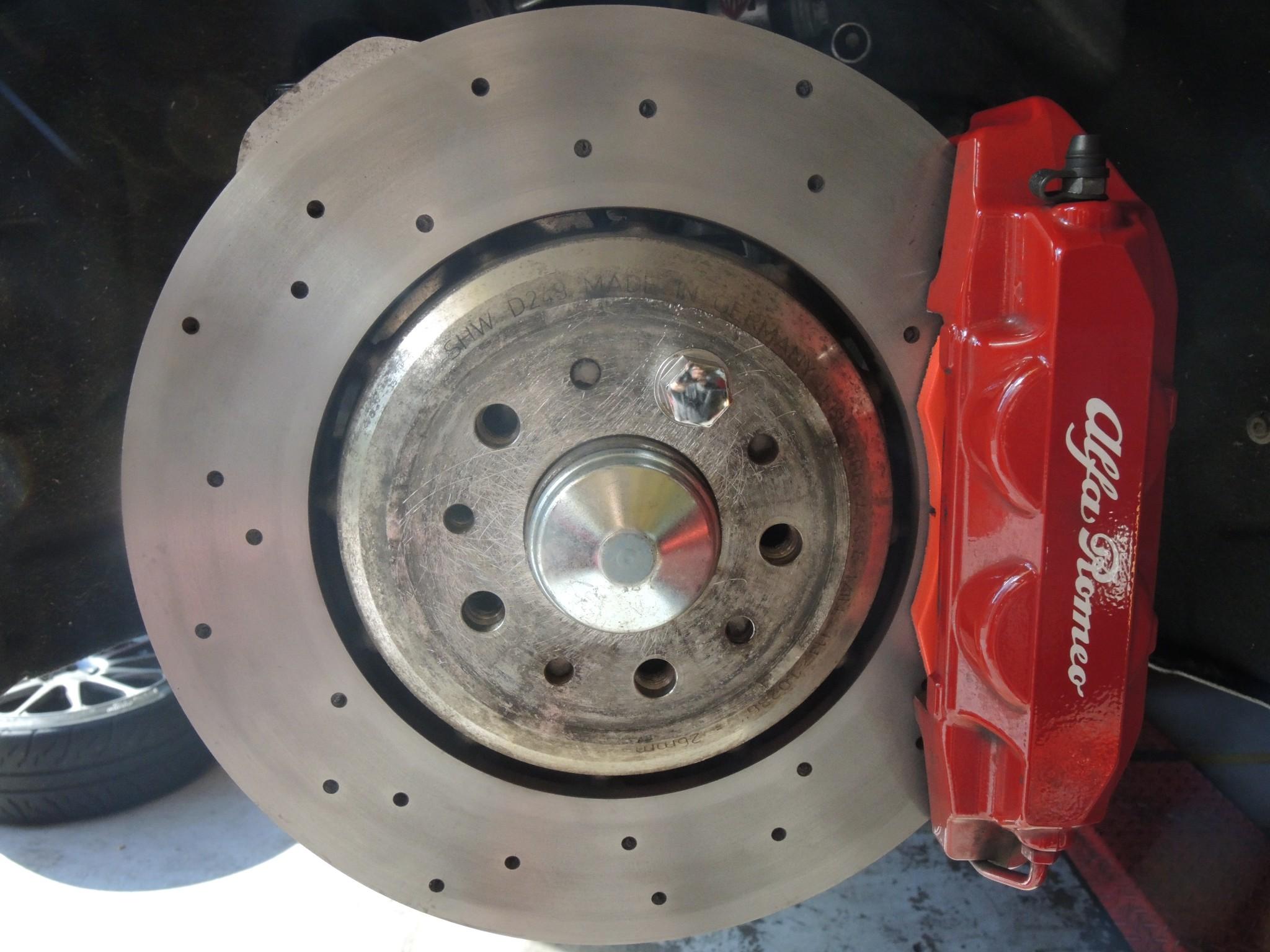 アルファロメオ4Cサーキット走行前メンテナンス ブレーキパッド交換ブレーキディスクローター研磨アライメント調整 (3)
