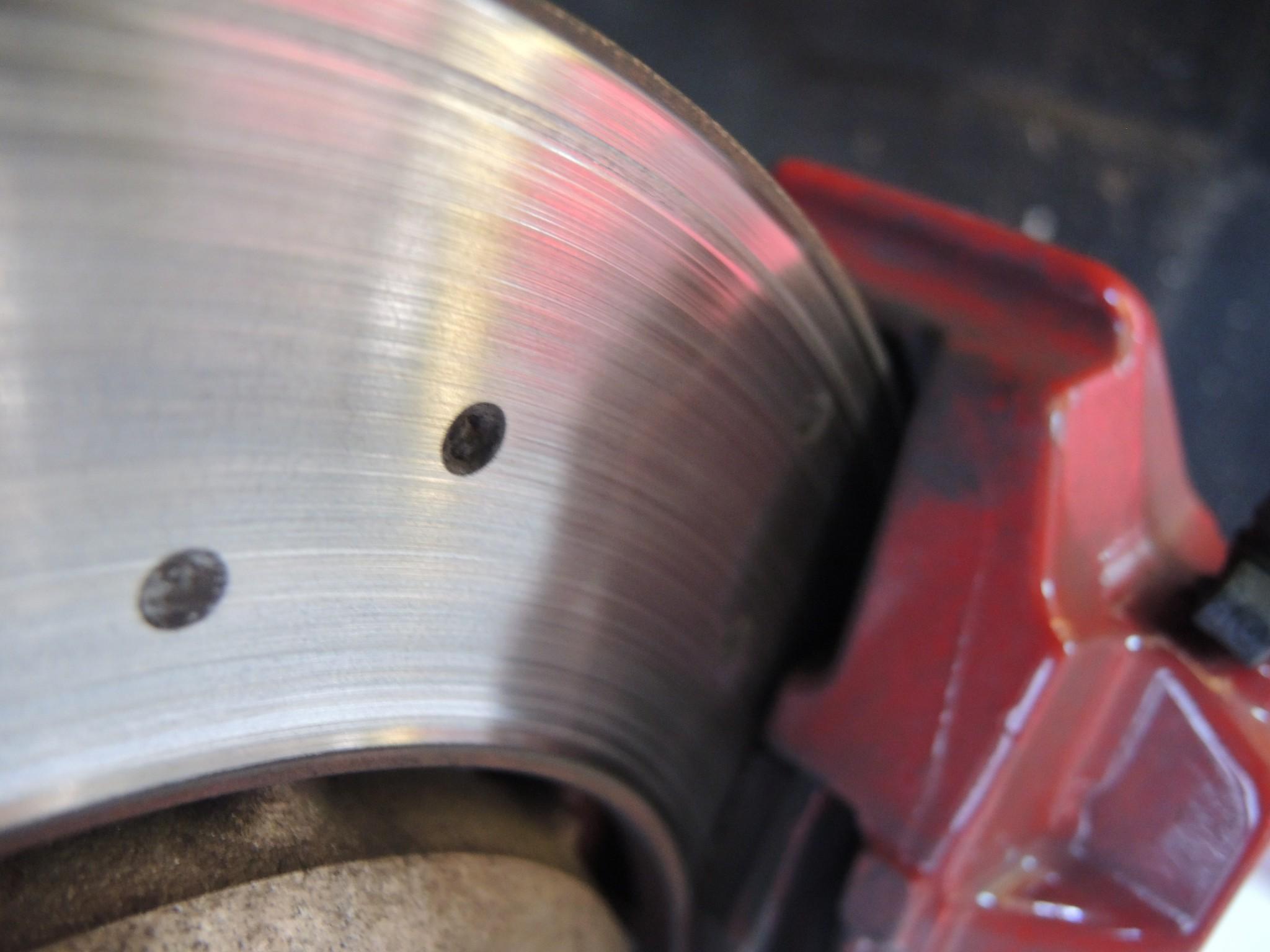アルファロメオ4Cサーキット走行前メンテナンス ブレーキパッド交換ブレーキディスクローター研磨アライメント調整 (2)