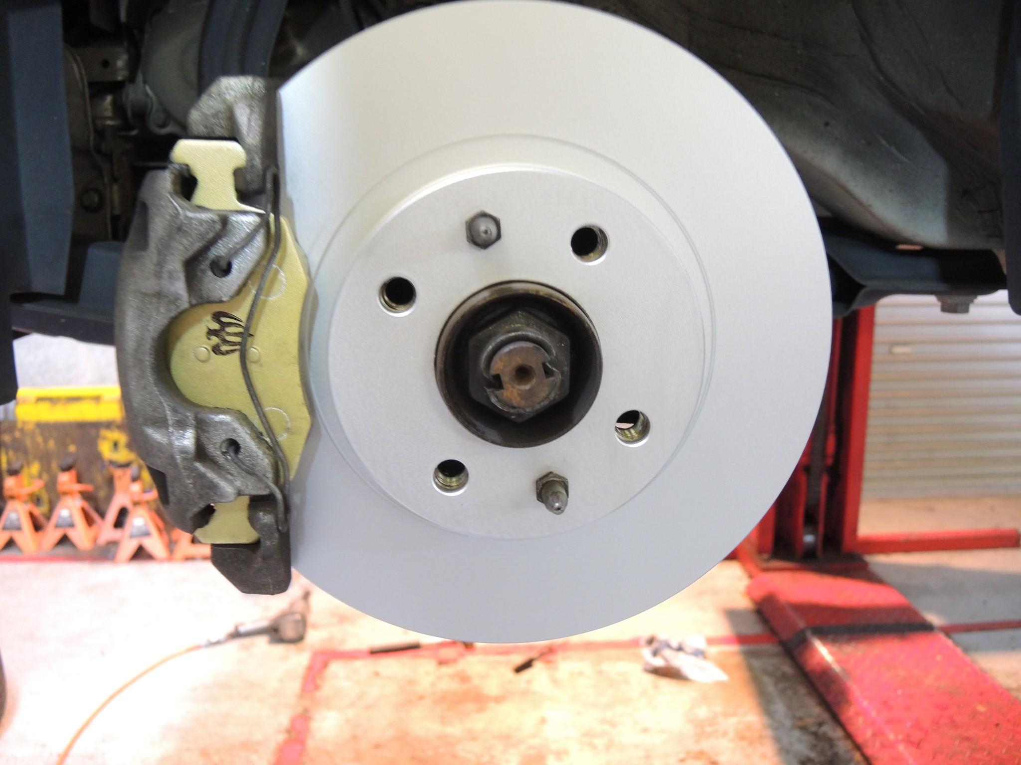 フィアット500 ブレーキパッド交換に合わせブレーキディスクローター交換 (5)