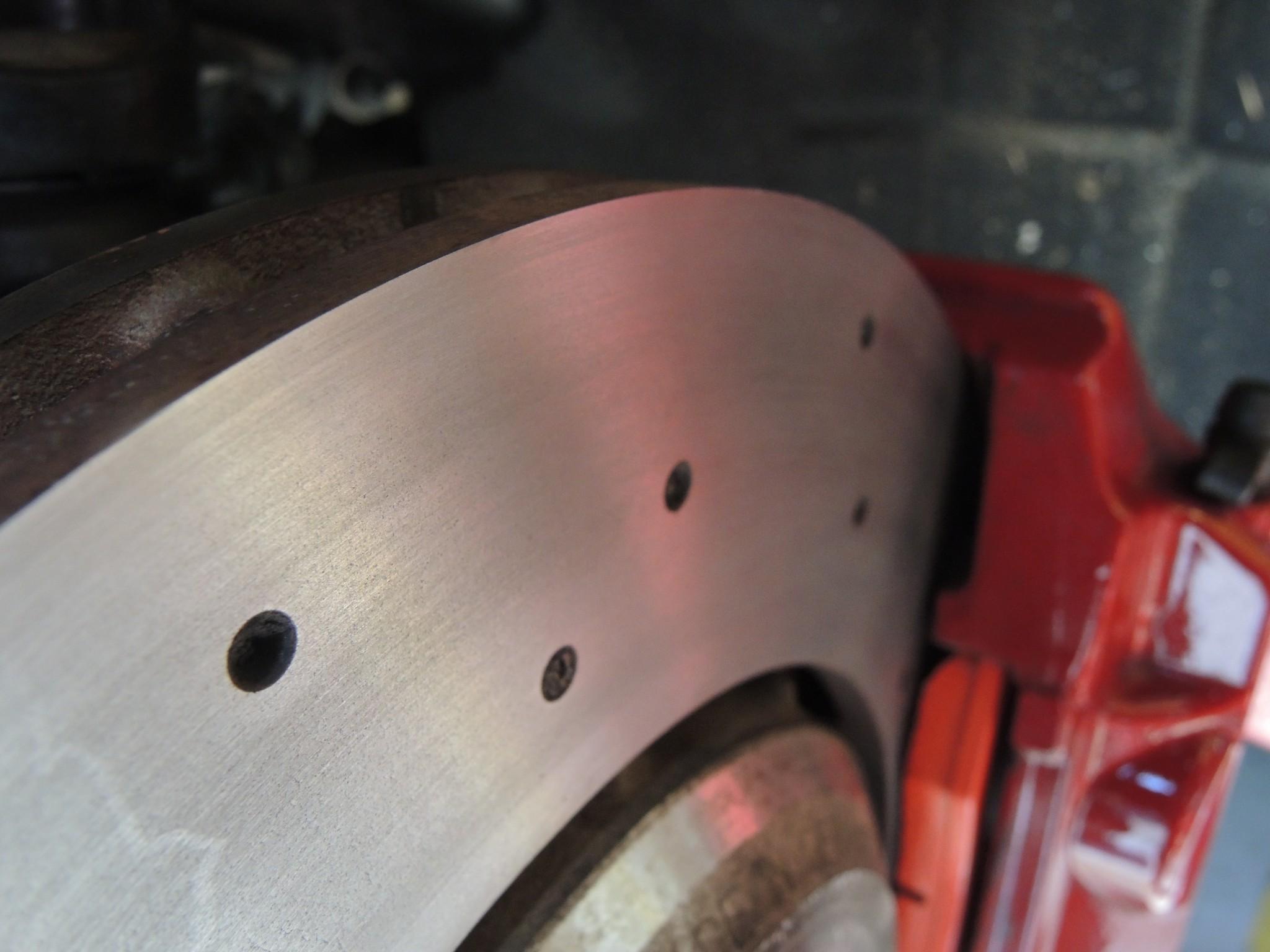 アルファロメオ4Cサーキット走行前メンテナンス ブレーキパッド交換ブレーキディスクローター研磨アライメント調整 (4)