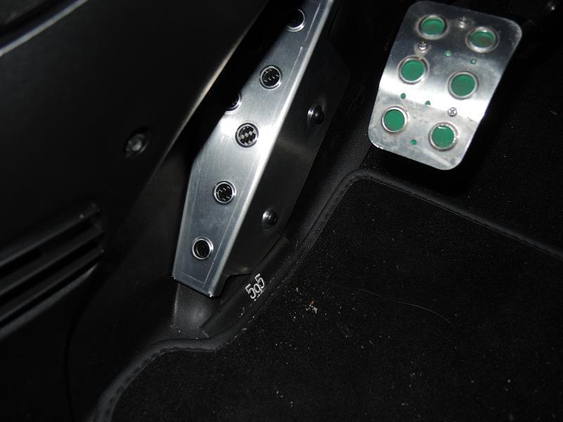 アバルト595にアルミペダルとフットレストで疲れないドライブを…の巻